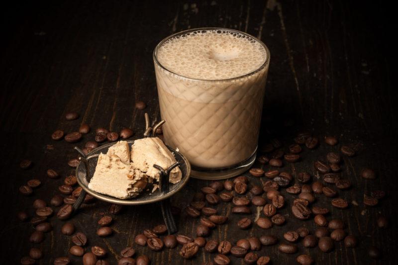 Кофе с соусом из халвы