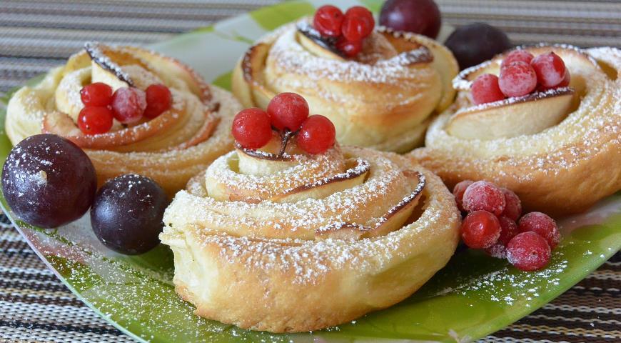 Рецепты для романтического ужина: Яблочные розочки из слоёного теста